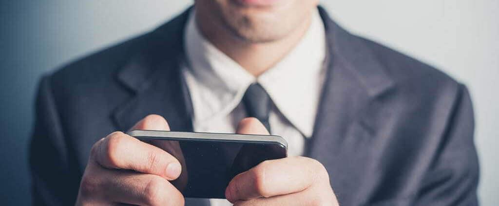 Ein Mann spielt Escape Spiele kostenlos auf dem Handy.