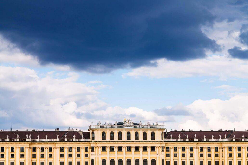 Regen und Gewitterwolken in Wien bei Schloss Schönbrunn