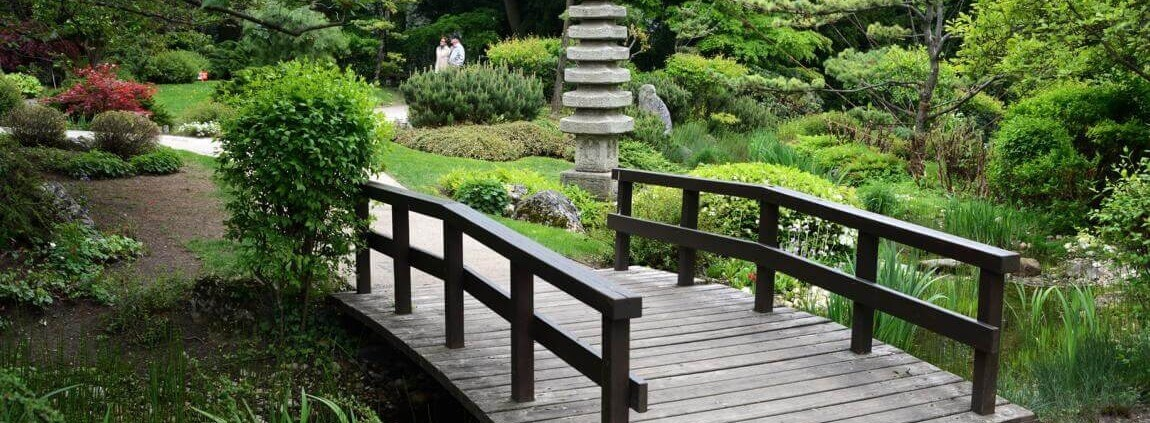 Wiener Parks im Frühling - eine Brücke im Setagayapark
